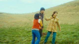 宋仲基和小孩在草地上踢球  力气太大怪我