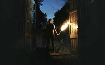 《来自黑暗》精彩预告 恐怖生物复活夜袭人类