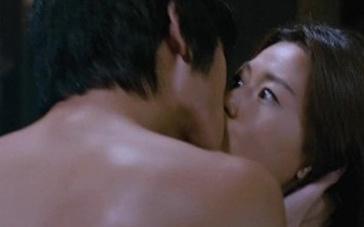 《夺宝联盟》片段 金秀贤裸身激吻全智贤咬唇示爱