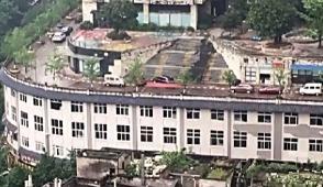 重庆建筑火了!屋顶跑汽车