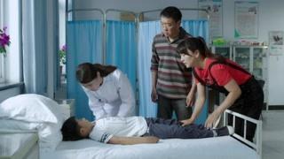 《刘家媳妇》孩子晕倒了 大哥三朵马上把他送到小翠那儿去了