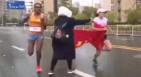 苏州马拉松争议一幕!中国选手冲刺争冠 志愿者2次递国旗干扰
