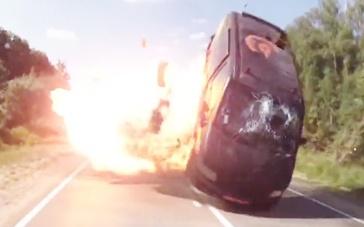 《硬核大战》精彩片段 公路追击机枪火拼一镜到底