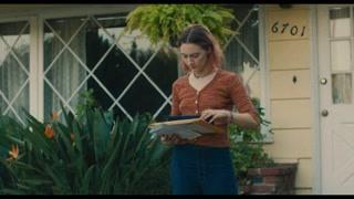 伯德小姐在门口收到了理想大学的录取通知