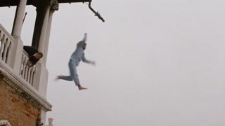 疯子跳楼   竟把警察撞河里了