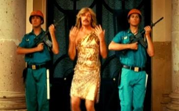 《追踪长尾豹马修》片段 牺牲色相男扮女装军中热舞