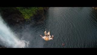 强森伙伴四人被追到崖边不得不跳崖求生