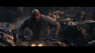 巨石强森开着摩托车冲上了山巅  天上掉了个妹子下来