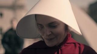 《使女的故事2》琼主动与珍妮聊天 珍妮被人暴打