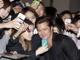 《狂怒》韩国首映 布拉德·皮特引粉丝疯狂合影