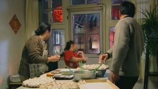 《玻璃婚》杏花帮蒋母包饺子 来的人多