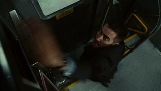 柯尔特似乎发现了爆炸案的真凶 他跳下火车追寻凶手能否成功
