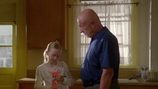 保安大叔教孙女做特质软管 惊呆了女孩母亲