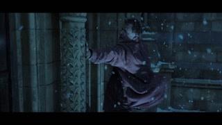 布朗先生为了救帕丁顿从博物馆的墙外面翻了过去