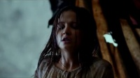 以德报怨,玛利亚为绑架者疗伤,一人一龙互拥取暖
