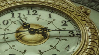 倒着走的钟提醒人如果回到过去