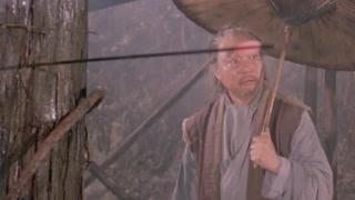 老头拉弓射箭吓到路人 与男主交心谈话