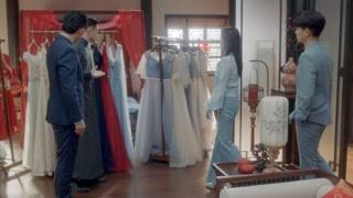 小曼哥哥带来很多礼服
