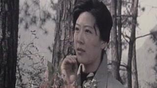 宋薇怀着复杂和愧疚的心情 为死者献上了一束鲜花 暗中向生者祝福