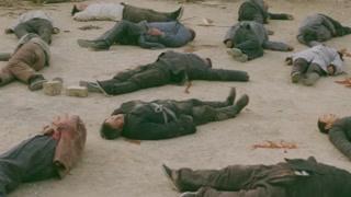 乱世豪杰:铁蛋四人鬼子离去后回村 尸首遍布戏台让人心碎
