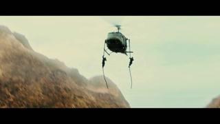 直升机竟然吊着两名士兵 而且火力很猛啊!