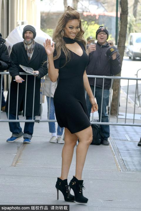 超模泰拉·班克斯穿黑色深V连衣裙性感身材一览无遗
