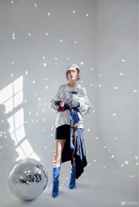 组图:刘芸银色外套未来感十足 大秀美腿表白四月