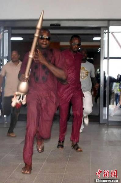 男子闯入议会抢夺1米长议会权杖