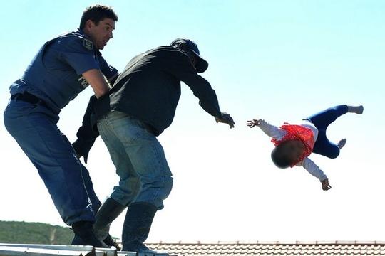 南非男子抗议拆除自家房屋 将自己小孩从屋顶抛下