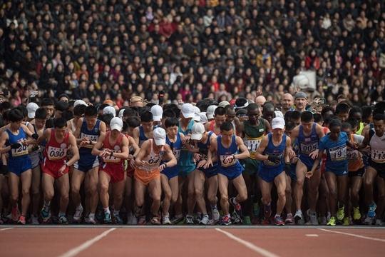 朝鲜举办国际马拉松赛 体育场座无虚席