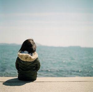 表情 独自坐在海边的小孩背影头像 奇思屋 表情