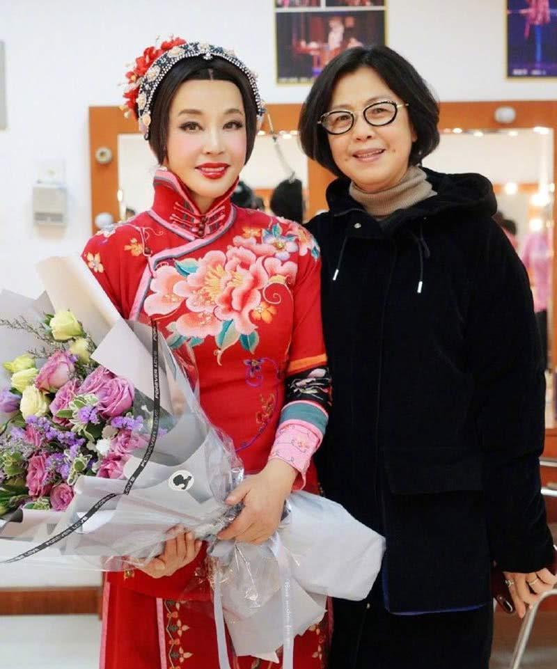 表情 64岁刘晓庆遇见59岁钟楚红, 冻龄 女神和自然老去,网友 差别太大 手机  表情图片