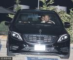 组图:安妮斯顿与老公外出 用汽车靠背挡脸免被拍