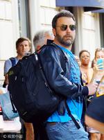 组图:本·阿弗莱克背双肩包抵达机场 遭粉丝夹道索签名