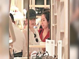 林青霞罕见携小女儿外出购物 全程亲密沟通似姐妹