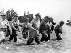 浴血太平洋之反攻菲律宾,麦克阿瑟将军涉水登陆