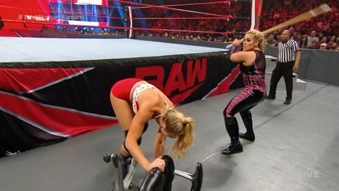 俩女打架 谁拿到棍子谁就占据主动