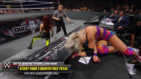 金发女子被对手后空翻摔到裁判席