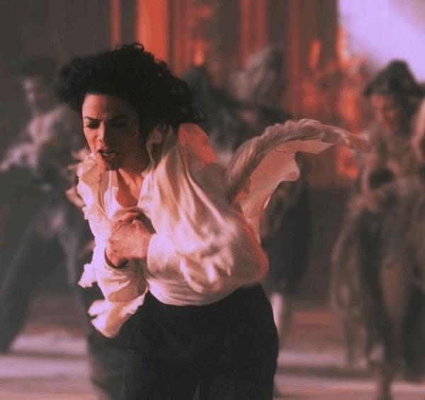 迈克尔杰克逊的功绩真的是无人超越。前无古人,后无来者。 这种电影形式的MV也是他的伟大艺术成就的一部分,她用自己的奇思妙想改变了整个流行音乐。让他成为全世界模仿的对象!这种绅士的、富有魅力的、有感染力的鬼怪。简直太棒了!也深深地讽刺了那些自负的领导们。孩子们是最单纯的~