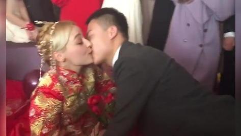 这大概就是嫁给了爱情吧,新娘子开心的像个3岁的小孩子!
