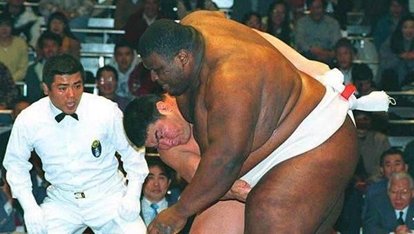 400公斤相撲之王離開人世,美妻拿千萬遺產卻無人敢娶