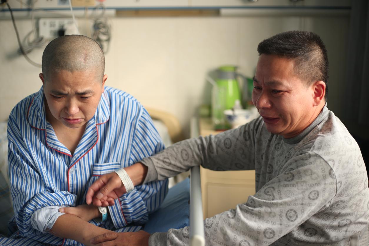 父親病故,妻子患癌,5旬農傢漢子帶著重傷揮淚求活路