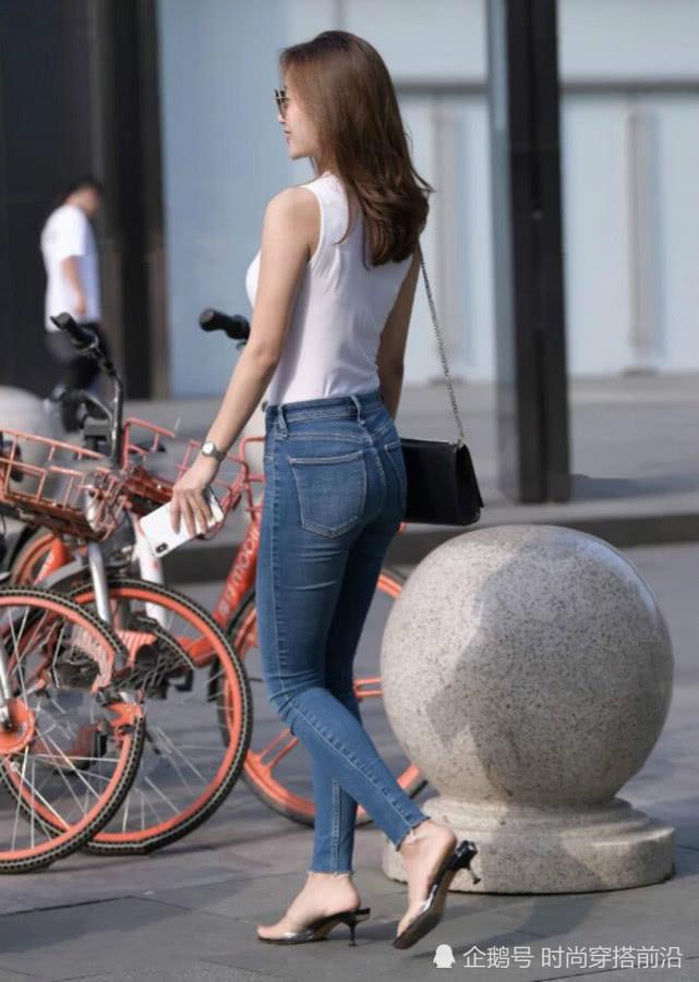"""街头的牛仔裤小姐姐,意外的""""走红""""了!插图(2)"""