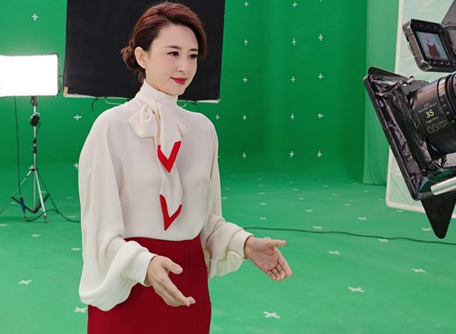 央視主持再合體!董卿捧禮盒送祝福,朱迅扮少女,張蕾紅裙美出圈