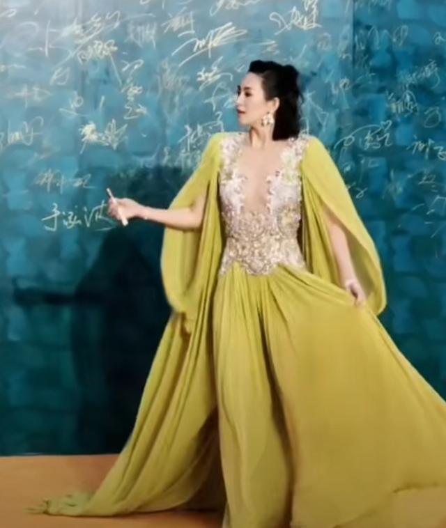 41歲章子怡紅毯照,露背裙太長拖一地灰,網友:裙子好薄有點透