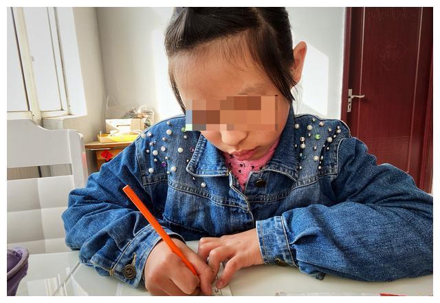 女孩被親叔傢暴四年,鄰居大嬸接到自傢撫養:不差這一雙筷子