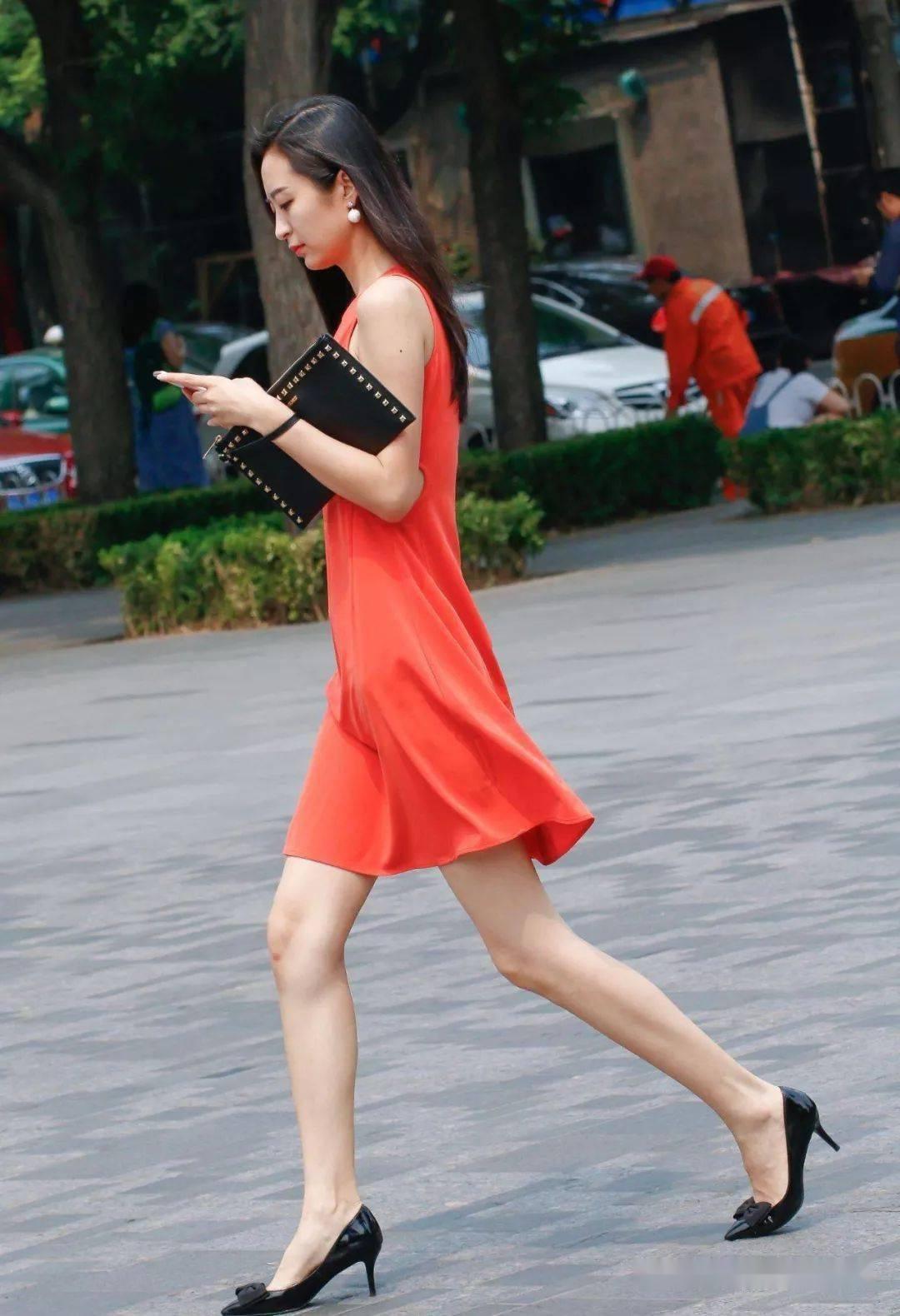 美女腳上可以搭配一雙高跟鞋,美美的秀出大長腿