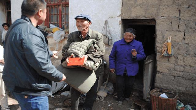 父親重病住院,兒子不管,女兒砸鍋賣鐵治好父親,驚喜來瞭