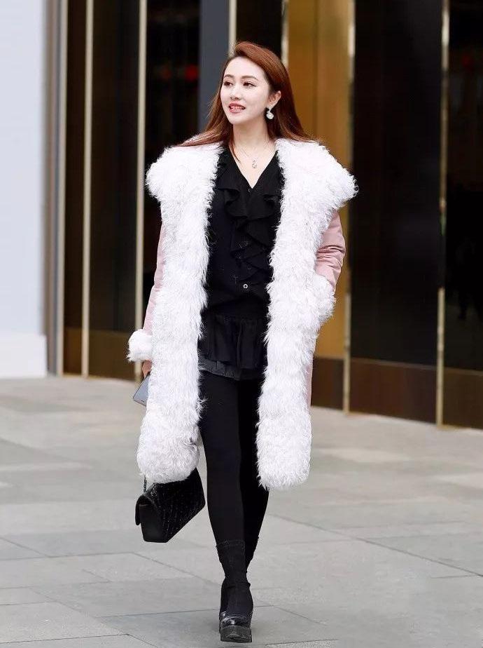 秋冬季的周末時尚穿搭,大毛領連帽棉服+連衣裙搭配,溫暖有氣質