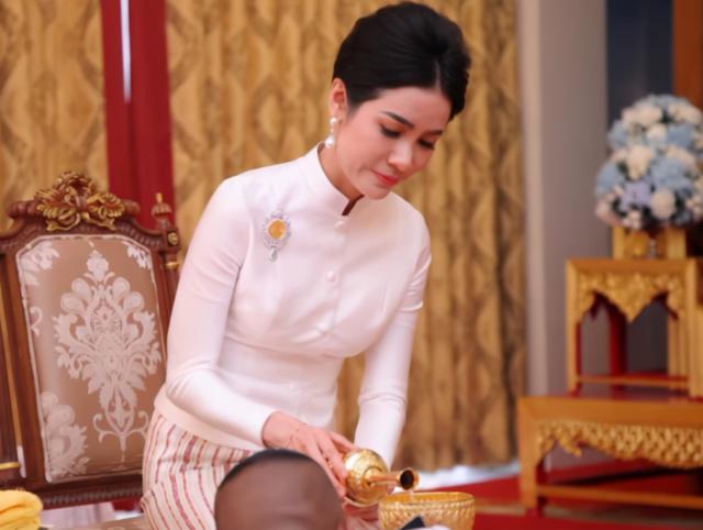 泰國詩妮娜乳白裹身裙亮相!將詩麗吉照片掛中間,感謝太後的寵愛
